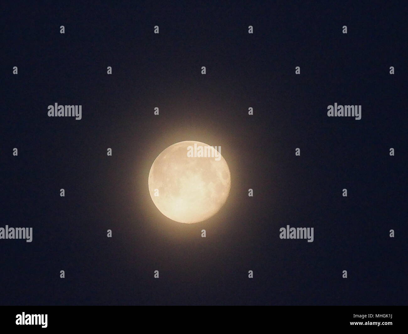 Isle of Sheppey, Kent, UK. 1st May, 2018. UK Weather: the full moon setting in the pre-dawn sky. Credit: James Bell/Alamy Live News Stock Photo