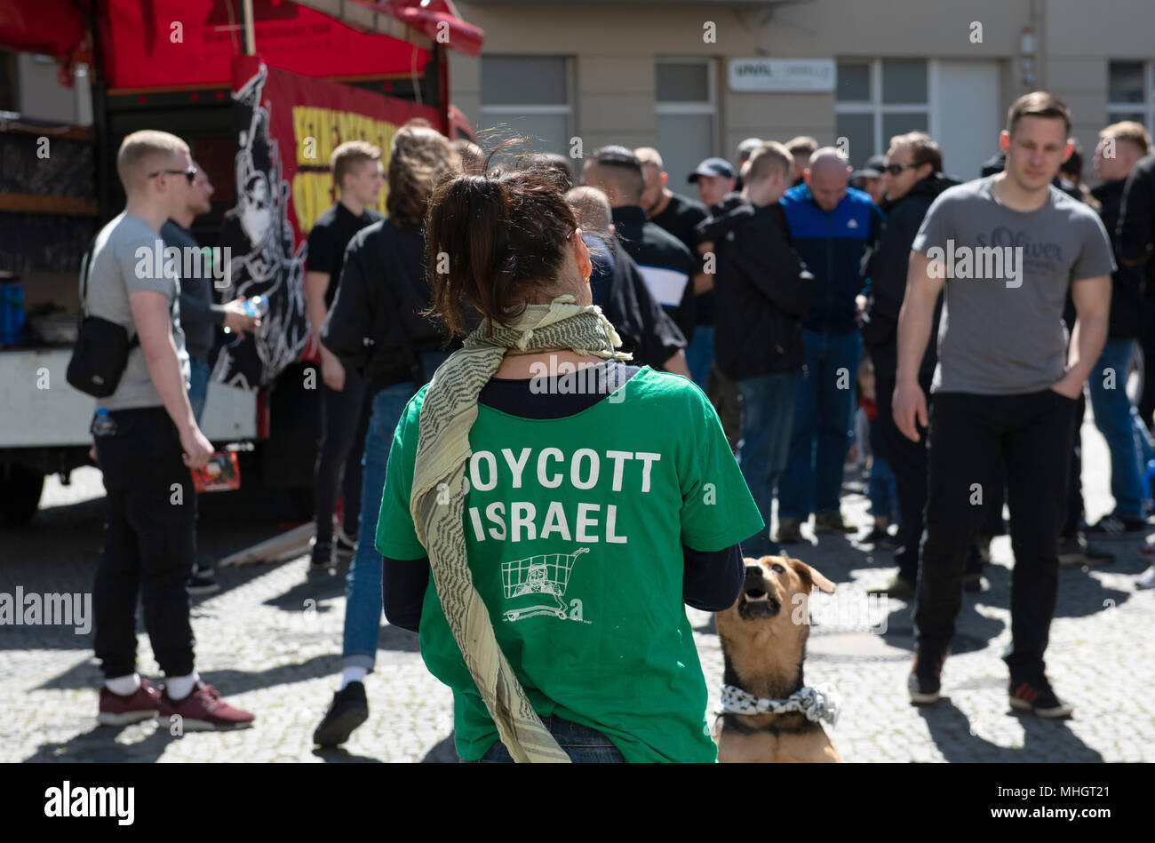 01 May 2018, Germany, Berlin: A protestor wearing a t-shirt reading 'Boycott Israel' at the Karl-Marx-Platz in the district of Neukoelln. According to police reports, more than 100 people with a leftist radical and pro-Palestine background gathered for the demonstration called for by group 'Jugendwiderstand'. Photo: Paul Zinken/dpa Credit: dpa picture alliance/Alamy Live News - Stock Image
