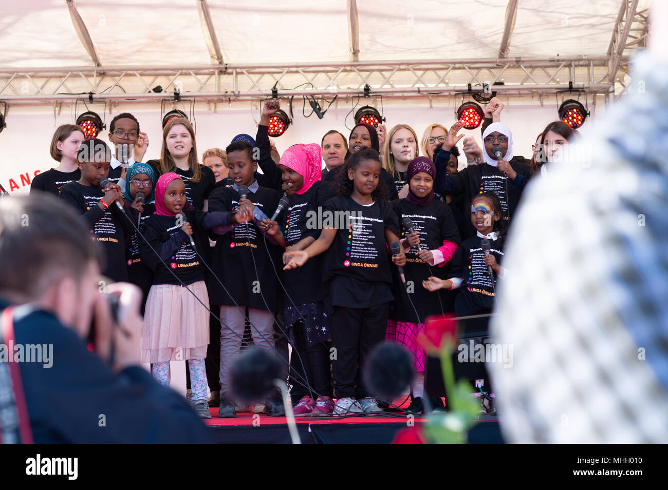 Stockholm, Sweden,  1th May, 2018.  PM Stefan Lofvén (at the back in the middle) sing  along with children at 1th May demonstration at Norra Bantorget, Stockholm. - Stock Image
