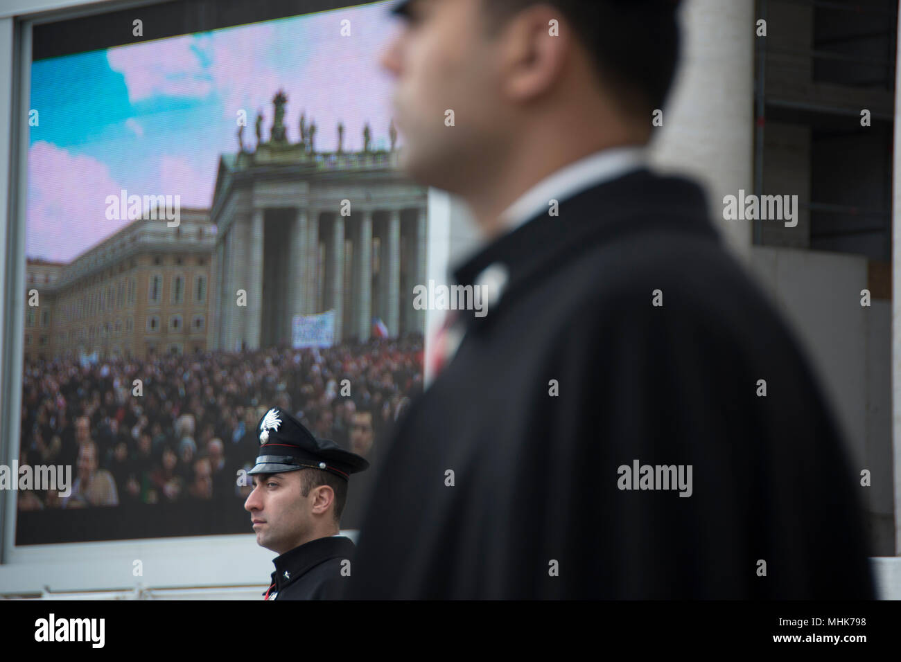 St. Peter's Square, Vatican City 2013.  Guards watch over the crowd attending the Final Angelus Prayer of Pope Benedict XV - Stock Image