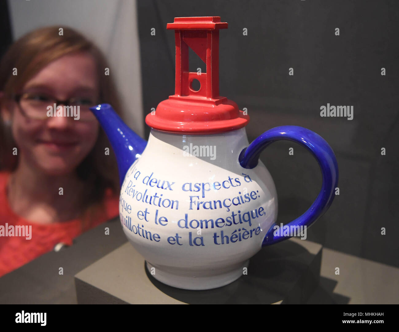 17 April 2018, Germany, Karlsruhe: A young girl looks at the artwork titled 'Teapot/Teekanne' (1987) by Ian Hamilton Finlay  in the exhibition 'Revolution! Fuer Anfaenger*innen' (lit. Revolution! For Beginners) at Karlsruhe town palace exhibition venue. The exhibition, which remembes the revolutions of 1848 and 1918, runs from 21 April to 11 November 2018. Photo: Uli Deck/dpa - Stock Image