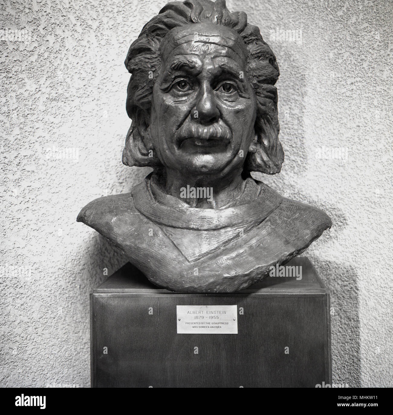 1950s, historical, a bronze bust of Albert Einstein, the famous jewish Theoretical physicist and Noble Prize winner, by sculptress Doreen Anziska, Israel. - Stock Image