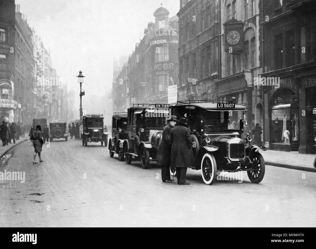 Cars on Shaftesbury Avenue.        Date: 1931 - Stock Image