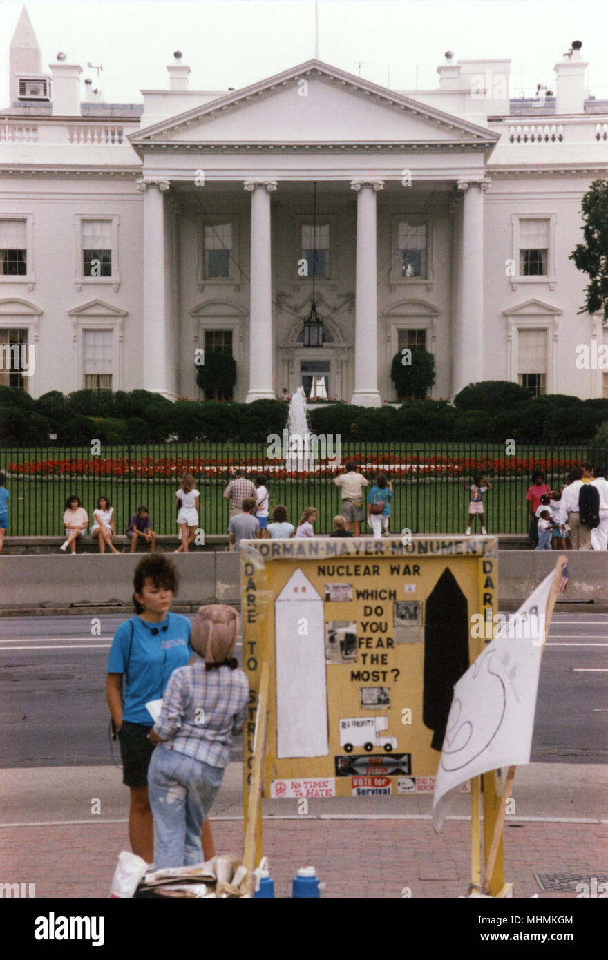 An anti-nuclear demonstrator pitches a stall directly opposite the White House in Washington DC, during the presidency of Ronald Reagan.      Date: 1987 - Stock Image