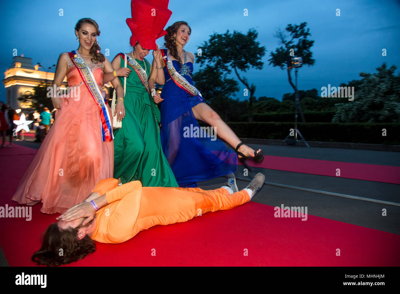 Moscow graduates go on the Red carpet from the Central Entrance to Gorky Park during the 'Moscow Graduation' holiday in Moscow, Russia - Stock Image