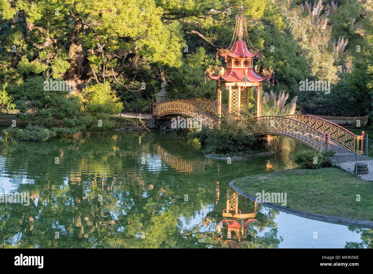 Chinese Garden Bridge Reflection View Stock Photo 183017926