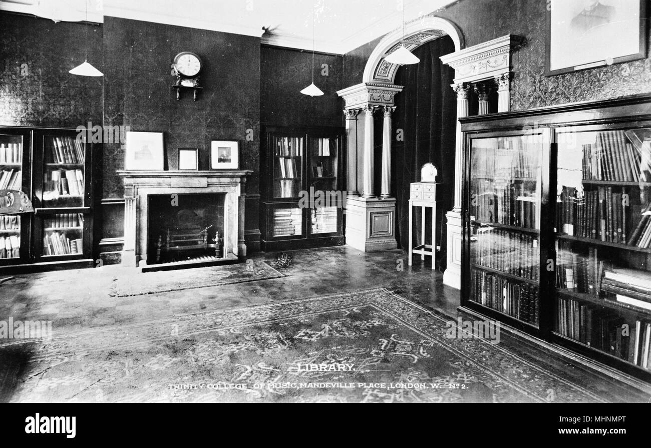 Trinity College of Music, Mandeville Place, London -- Library, with bookcases and fireplace.     Date: circa 1922 - Stock Image