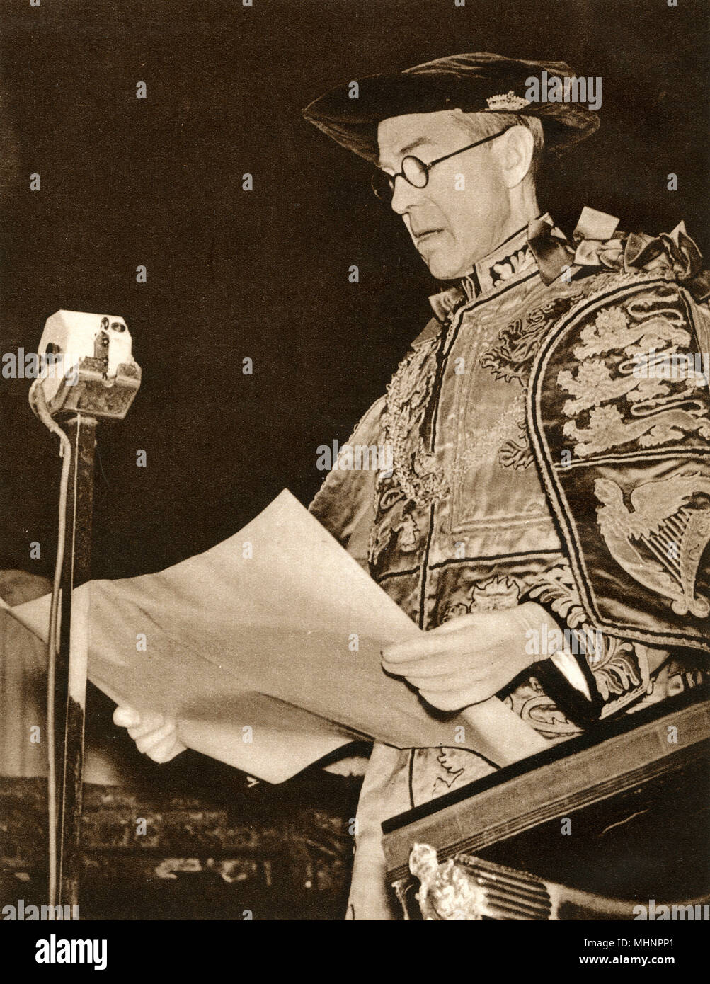 Prince Albert, Duke of York (1895-1952) is proclaimed in London and throughout the Empire as the new sovereign, King George VI. Here the Lancaster Herald, Mr. A. G. B. Russell reads the proclamation at Charing Cross, London.     Date: 1936 - Stock Image