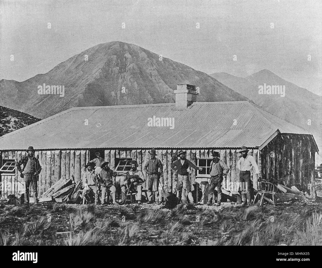 Sheep station hands and whare (hut), New Zealand.      Date: circa 1900 - Stock Image