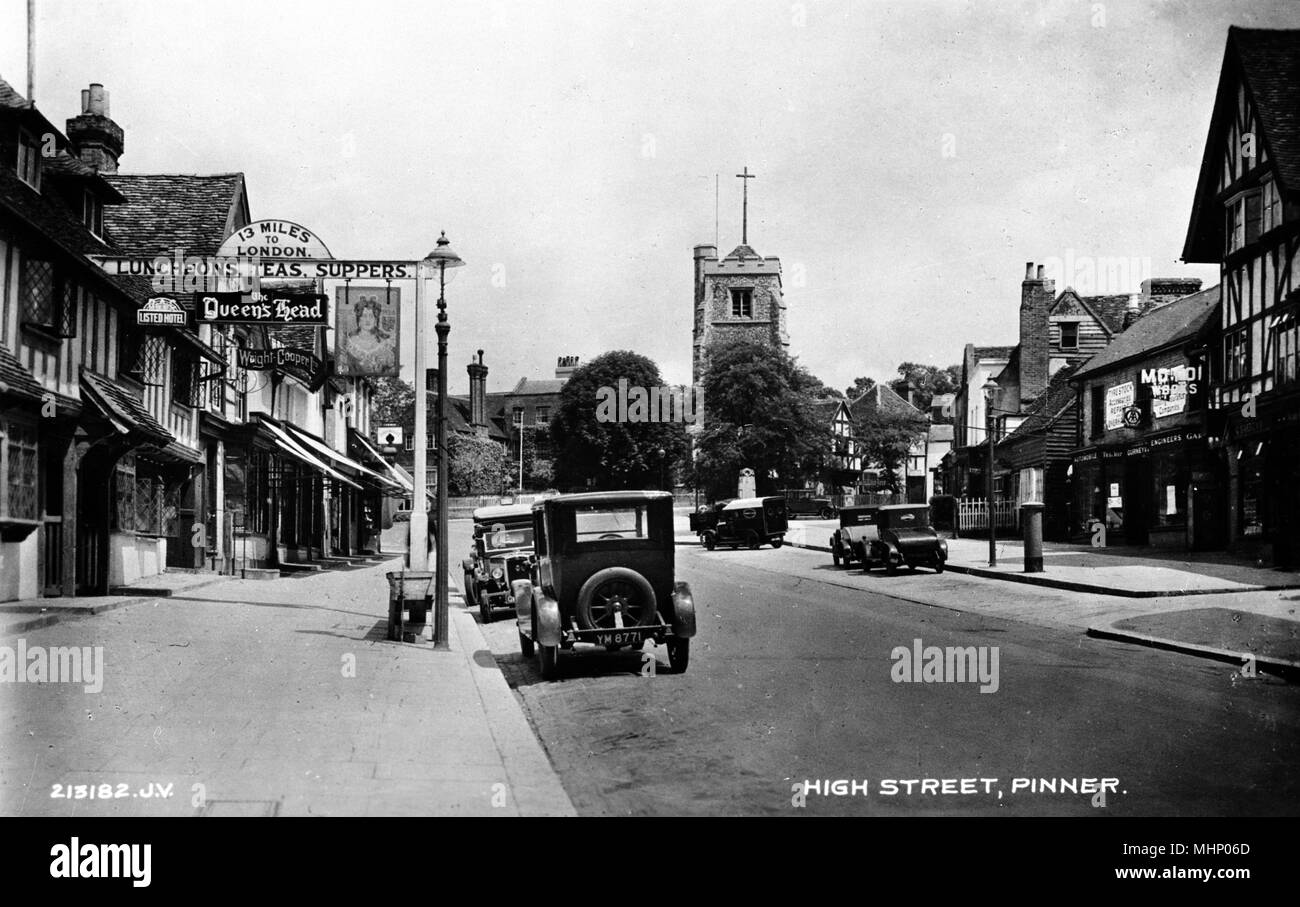 High Street, Pinner, Middlesex, with the Queen's Head on the left.      Date: circa 1910s - Stock Image