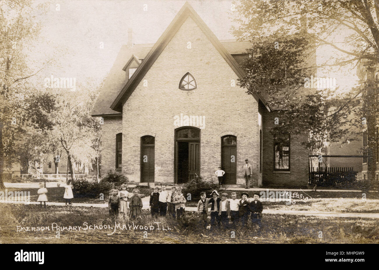 Emerson Primary School, Maywood, Illinois, USA, with children posing for their photo.       Date: circa 1910 - Stock Image