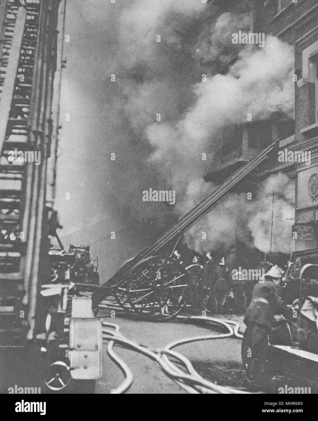 CITY OF LONDON. Fire brigade. Subduing a Conflagration in a narrow street 1926 - Stock Image
