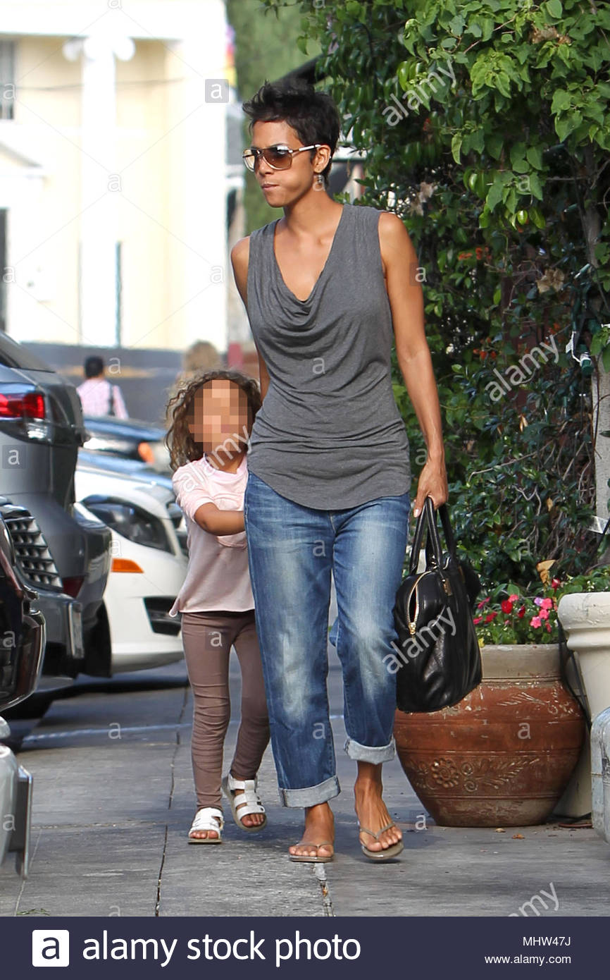 halle berry and nahla aubry actress halle berry steps out for lunch with fiance olivier martinez and her daughter nahla after attending varietys power of
