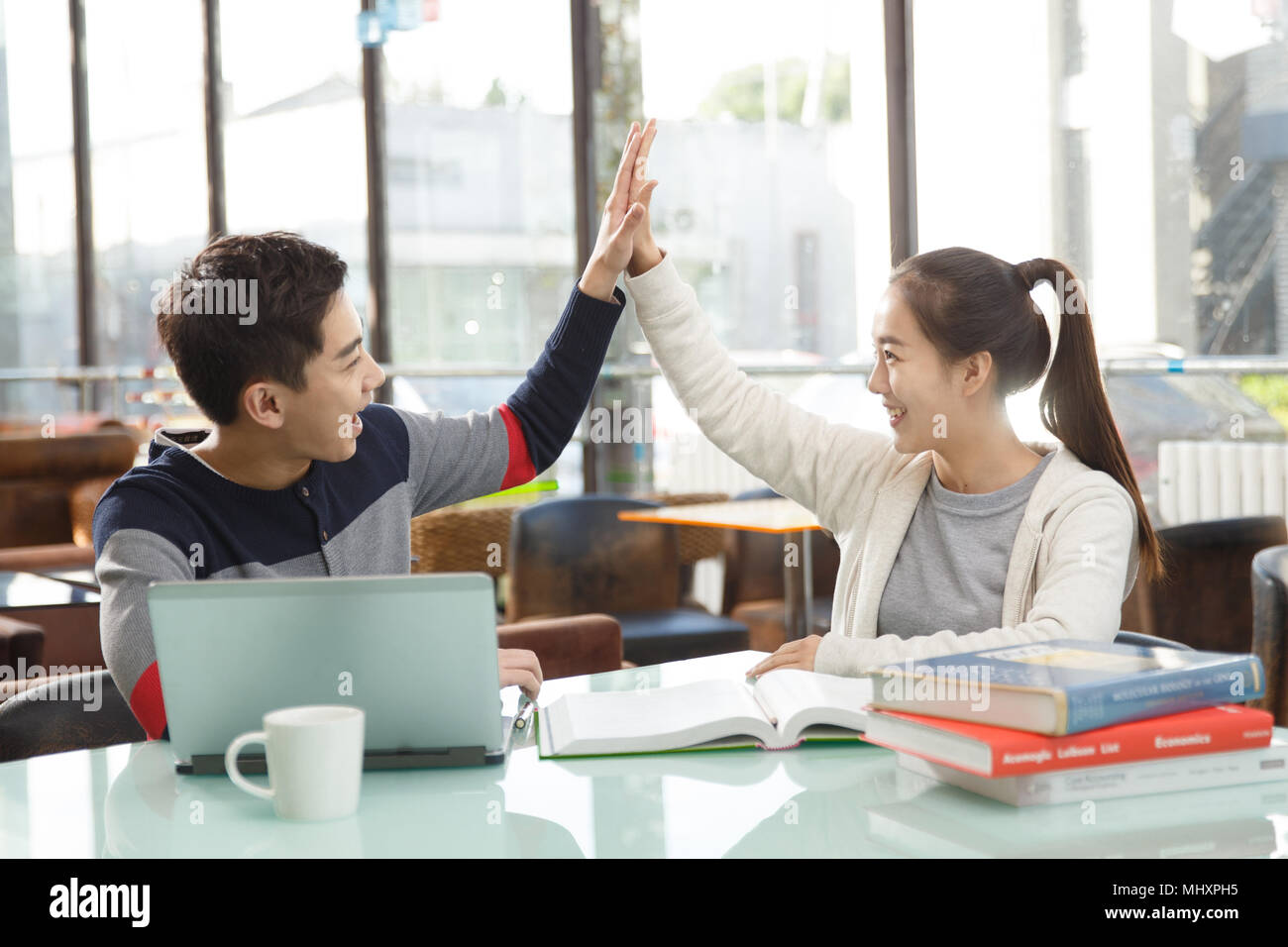 Young couples in the coffee shop to learn - Stock Image