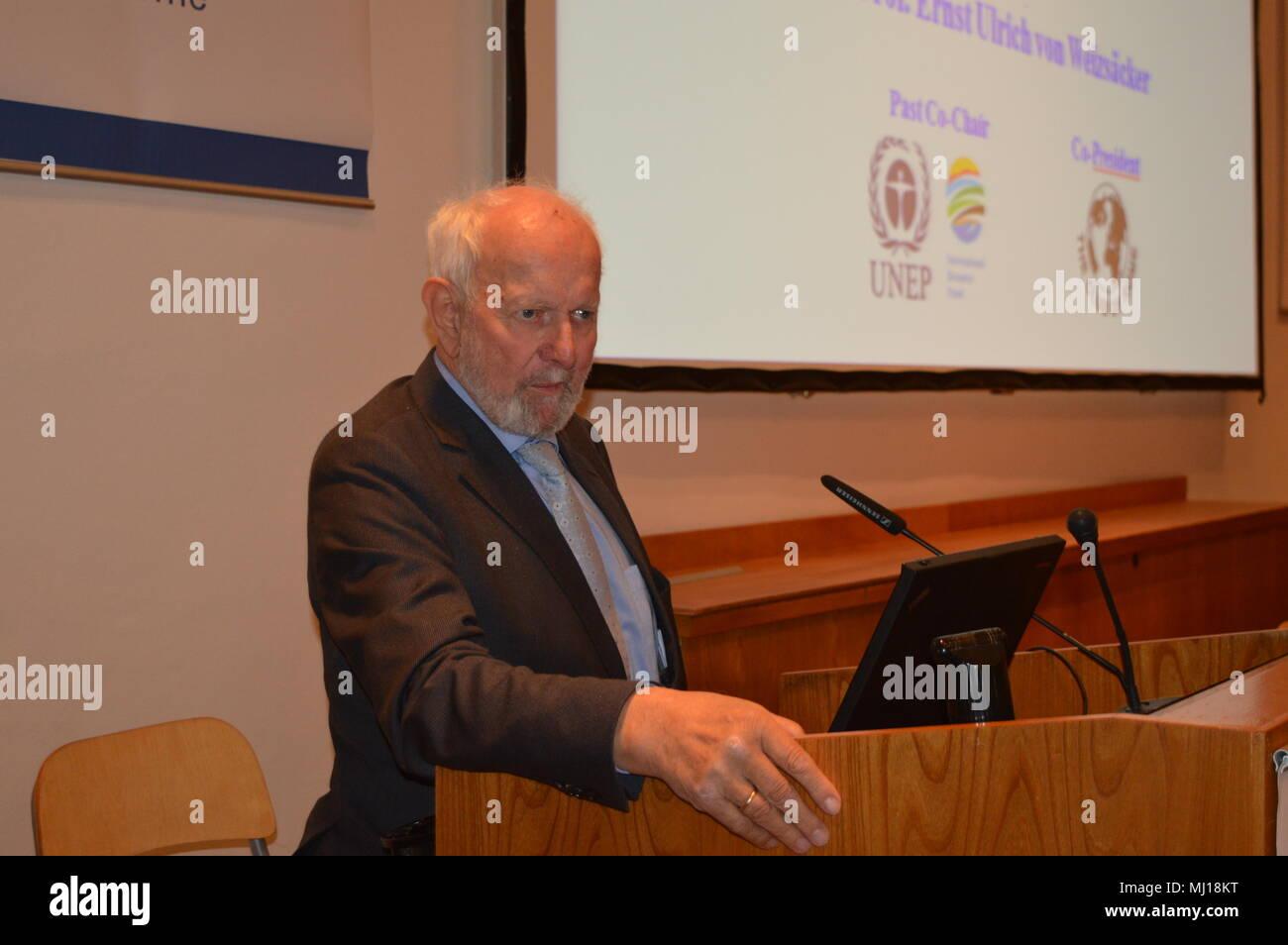 """Der neue Bericht des Club of Rome"""" Vortrag von Prof. Dr. Ernst Ulrich von Weizsäcker, Vizepräsident des Club of Rome goerlitz Stock Photo"""