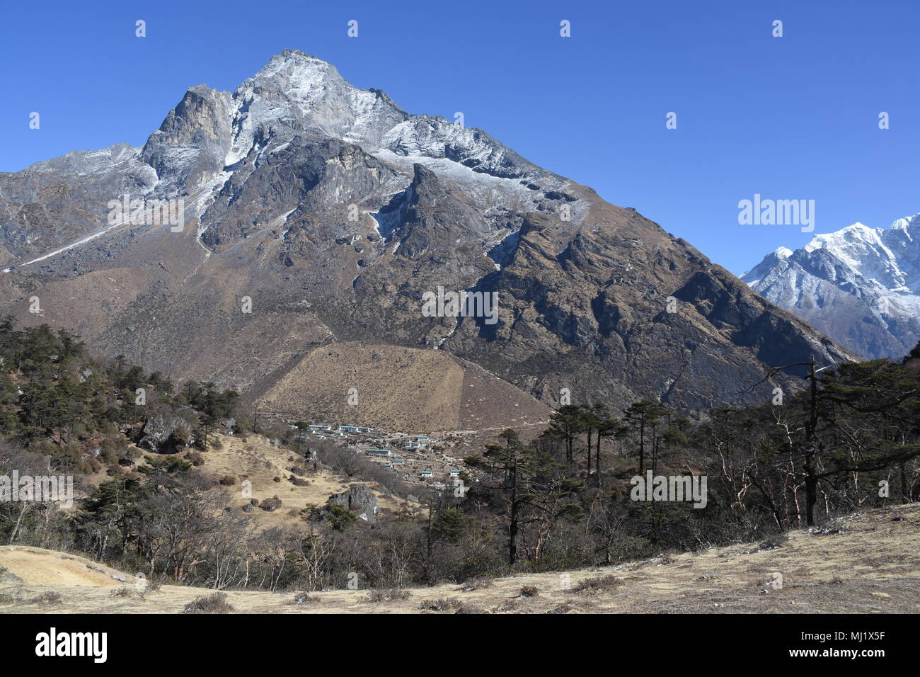 Khumjung Village and Khumbila in the background - Stock Image