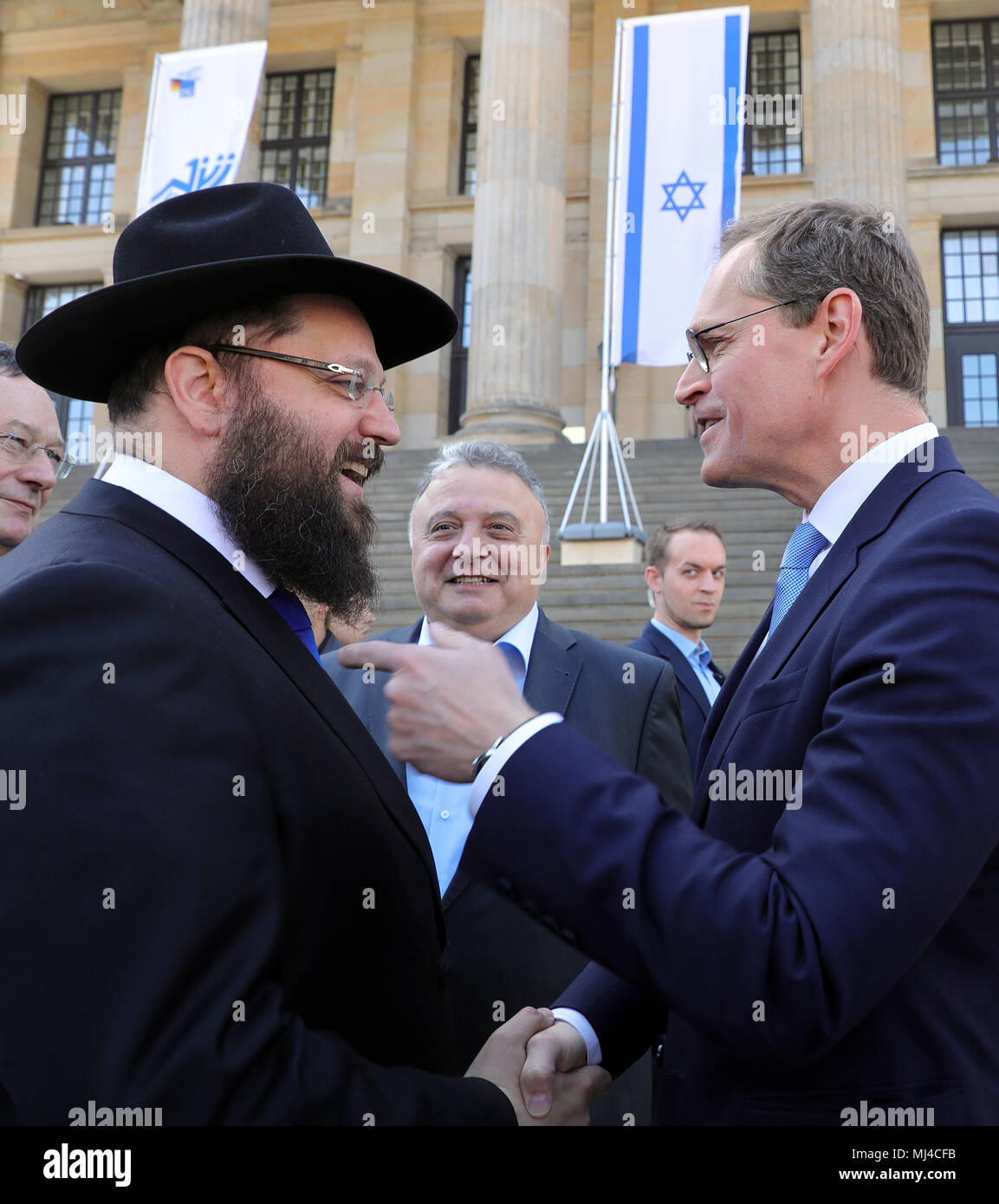 Berlin, Germany. Berlin, Germany. 04th May, 2018. 04 May 2018, Germany, Berlin: Rabi Yehuda Teichtal (L-R), the Israeli ambassador in Germany Jeremy Issacharoff and Berlin's mayor from the Social Democratic Party (SPD), taking part in the celebration of the independence of Israel at the Gendarmenmarkt Credit: Wolfgang Kumm/dpa/Alamy Live News Credit: dpa picture alliance/Alamy Live News - Stock Image