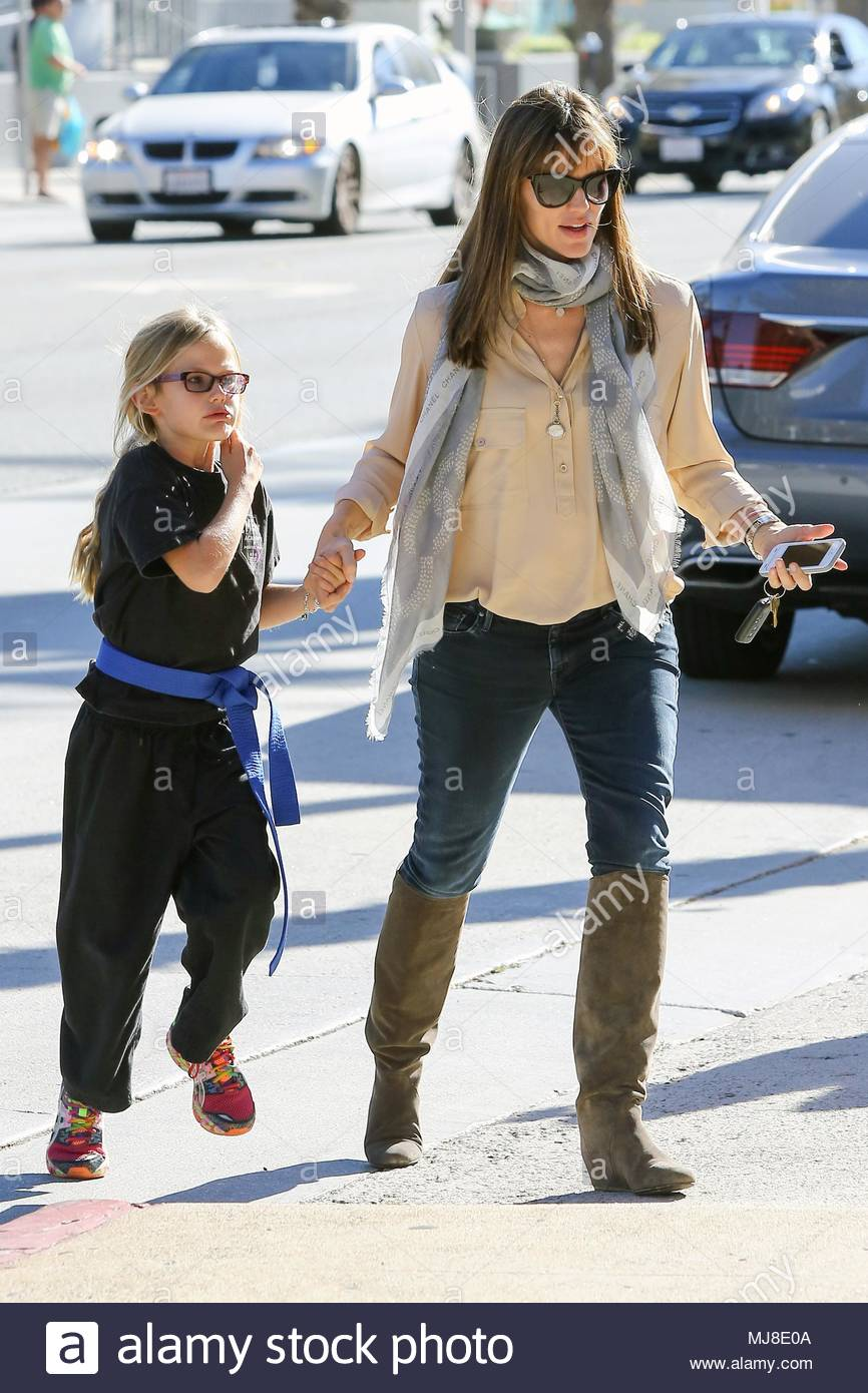 uk clients must credit akm gsi only jennifer garner gives violet a lift to the car after her karate class in santa monica the girls then went to aahs to