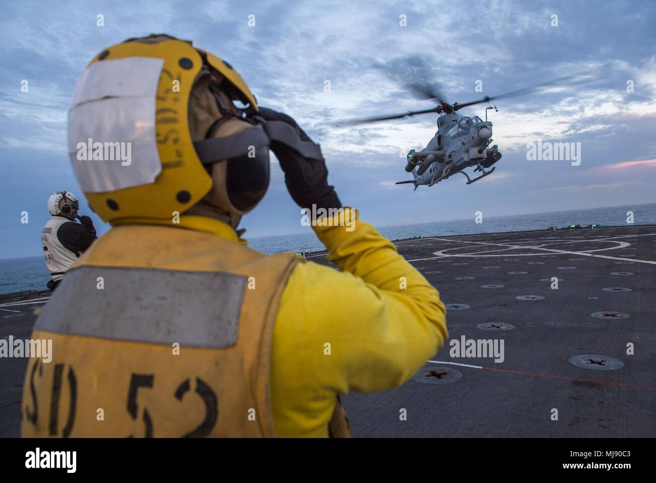 180421-N-VR594-0192 PACIFIC OCEAN (April 21, 2018) An AH-1Z Cobra assigned to Marine Light Attack Helicopter Squadron (HMLA) 267 conducts deck landing qualifications on the flight deck of the Harpers Ferry-class amphibious dock landing ship USS Pearl Harbor (LSD 52). Pearl Harbor is currently underway off the coast of Southern California conducting routine training operations. (U.S. Navy photo by Mass Communication Specialist 3rd Class Kelsey J. Hockenberger/Released) Stock Photo