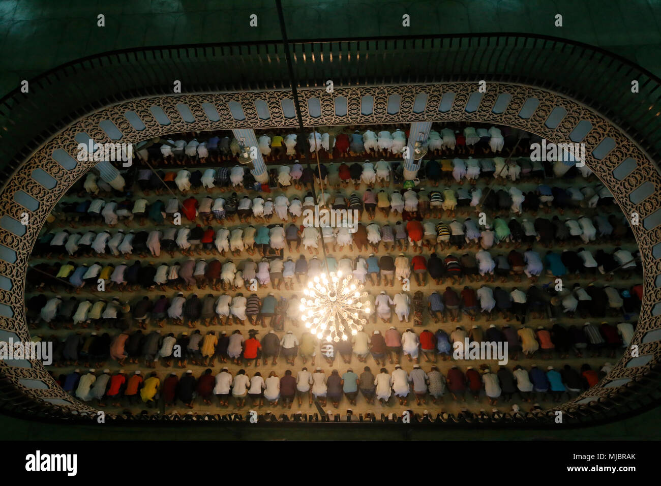 Bangladesh. Bangladeshi Muslims perform a prayer during the holy Shab-e-Barat night, known as the night of fortune at Baitul Mukarram National mosque in Dhaka, Bangladesh on May 01, 2018. Muslim devotees have been spend the night at mosques and homes offering prayers, reciting from the holy Quran and seeking blessings of Allah for long life, peace, progress and happiness for themselves, their families, relatives and friends. © Rehman Asad/Alamy Stock Photo - Stock Image