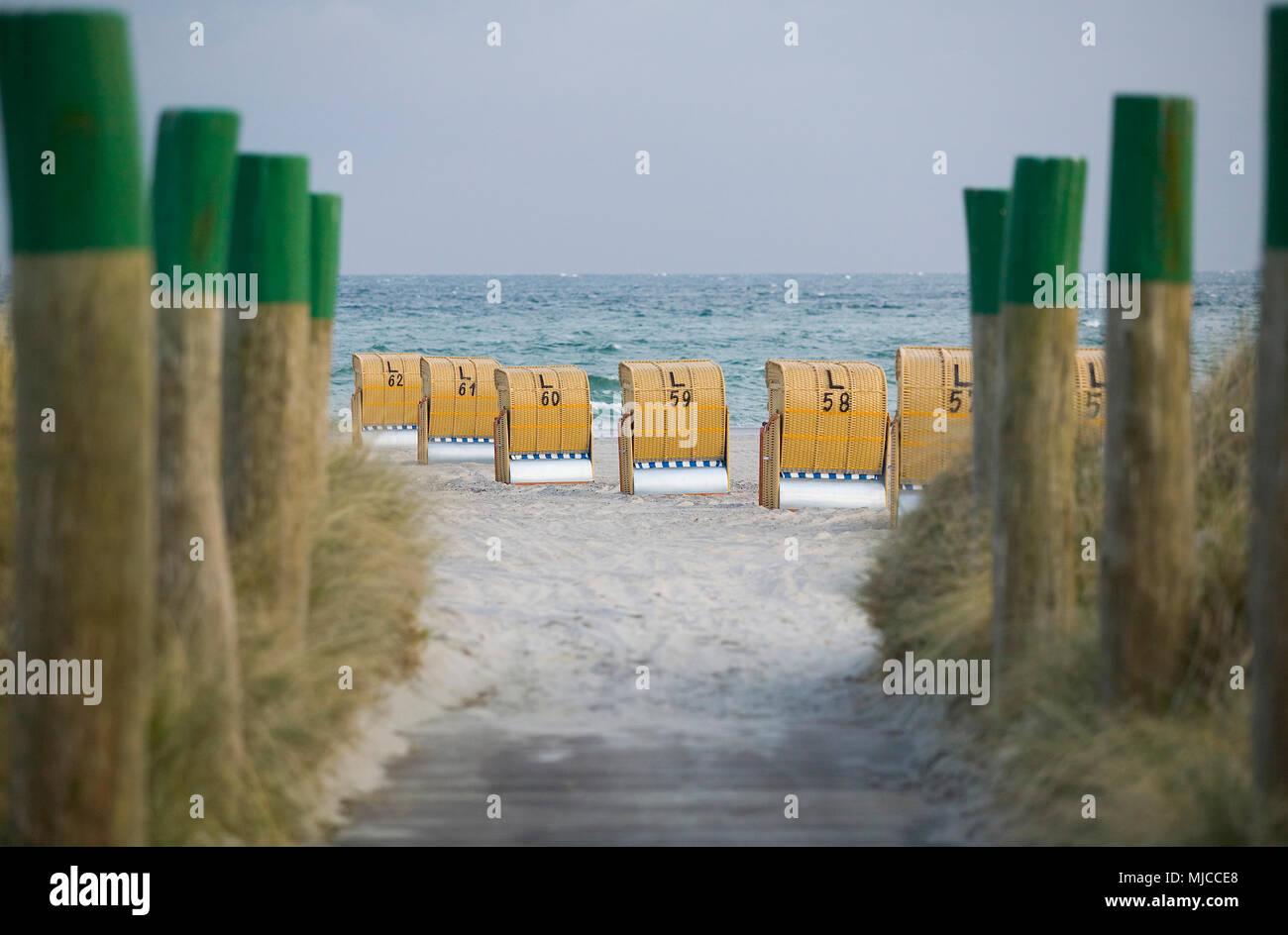 Strandkörbe am Abend auf Fehmarn - Stock Image