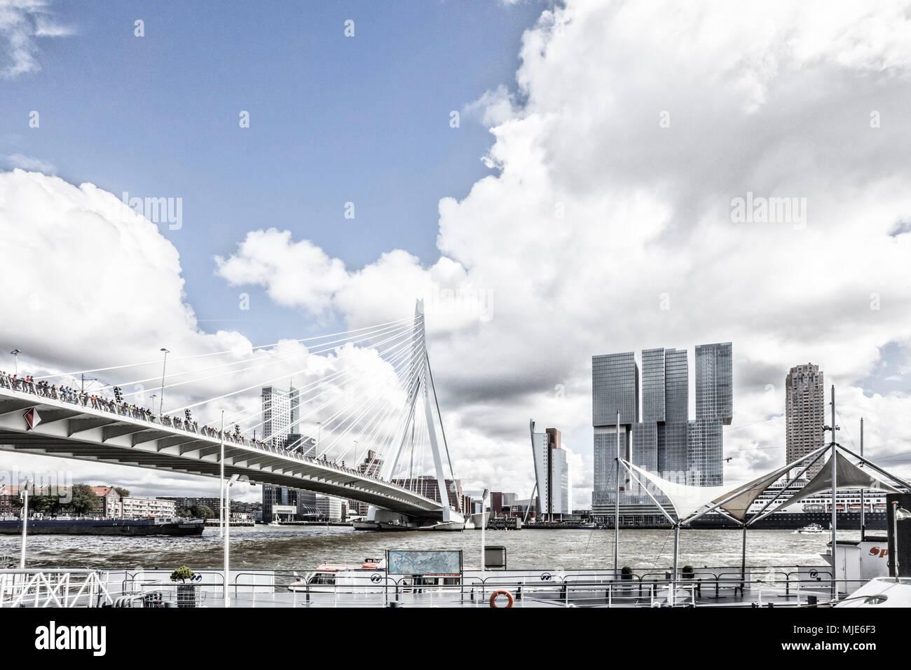 Erasmusbrücke mit vielen Menschen in Rotterdam - Stock Image