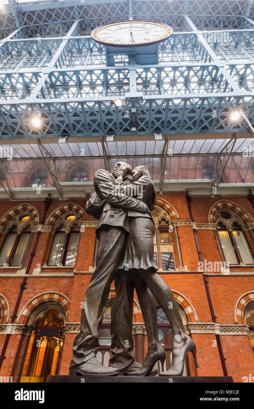 England, London, St Pancras International Station, The Lovers' Statue by Paul Day - Stock Image