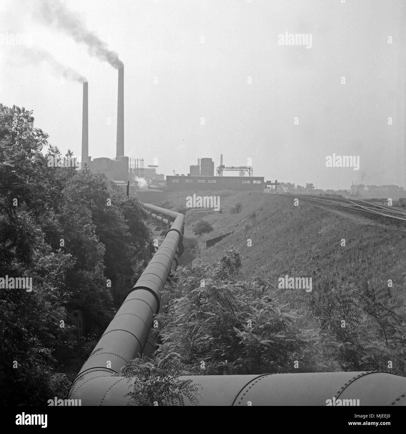 Auf dem Weg zum industriellen Herzen des Ruhrgebiets: Rohrleitung in Duisburg, Deutschland 1930er Jahre. On the way to the industrial heart of the Ruh - Stock Image