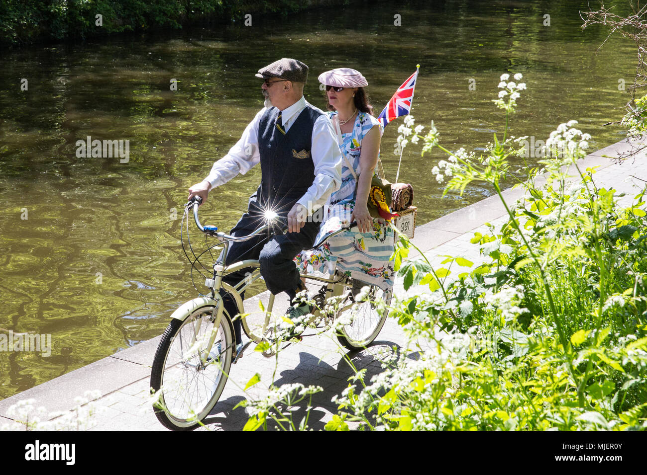 London, UK. 5th May, 2018. Over 500 cyclists wearing tweed jackets, plus twos, plus fours, flat caps, brogues and other period cycling gear ride alongside the Regent's Canal on a twelve mile route across central London on the 10th anniversary edition of the annual Tweed Run in conjunction with the Canal and River Trust. Credit: Mark Kerrison/Alamy Live News - Stock Image