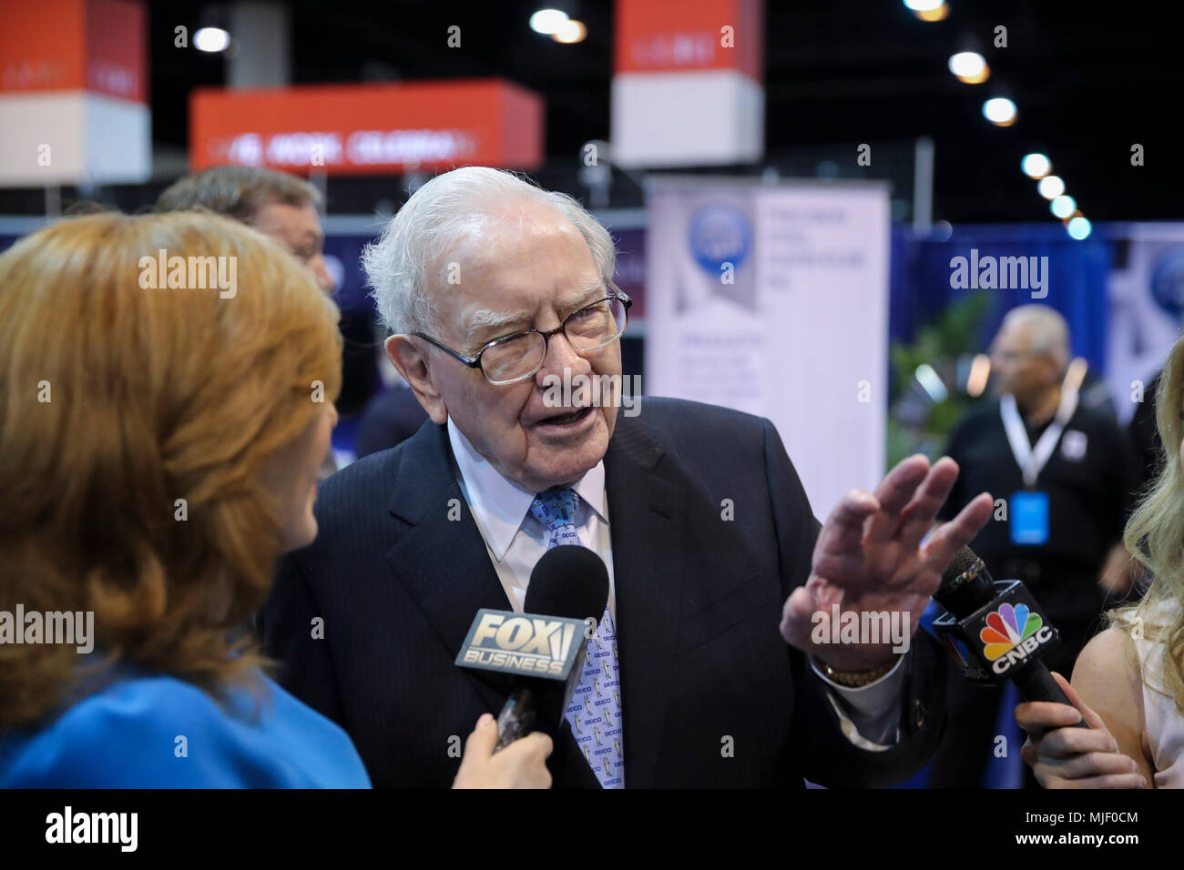 Omaha, USA. 5th May, 2018. U.S. billionaire investor Warren Buffett (C), chairman and CEO of Berkshire Hathaway, is interviewed before the Berkshire Hathaway's annual shareholders meeting in Omaha, Nebraska, the United States, on May 5, 2018. Berkshire Hathaway held its 2018 shareholders meeting on Saturday, attended by tens of thousands of people from all over the world. Credit: Wang Ying/Xinhua/Alamy Live News - Stock Image