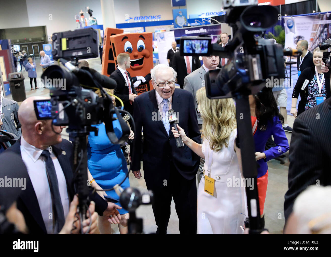 Omaha, USA. 5th May, 2018. U.S. billionaire investor Warren Buffett (C), chairman and CEO of Berkshire Hathaway, is interviewed before the Berkshire Hathaway's annual shareholders meeting in Omaha, Nebraska, the United States, on May 5, 2018. Berkshire Hathaway held its 2018 shareholders meeting on Saturday, attended by tens of thousands of people from all over the world. Credit: Wang Ying/Xinhua/Alamy Live News Stock Photo