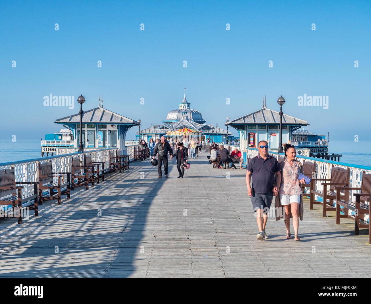 Llandudno, North Wales, UK, 5 May 2018.  Couples strolling hand in hand on the pier in the warm sunshine of the May Day holiday weekend. - Stock Image