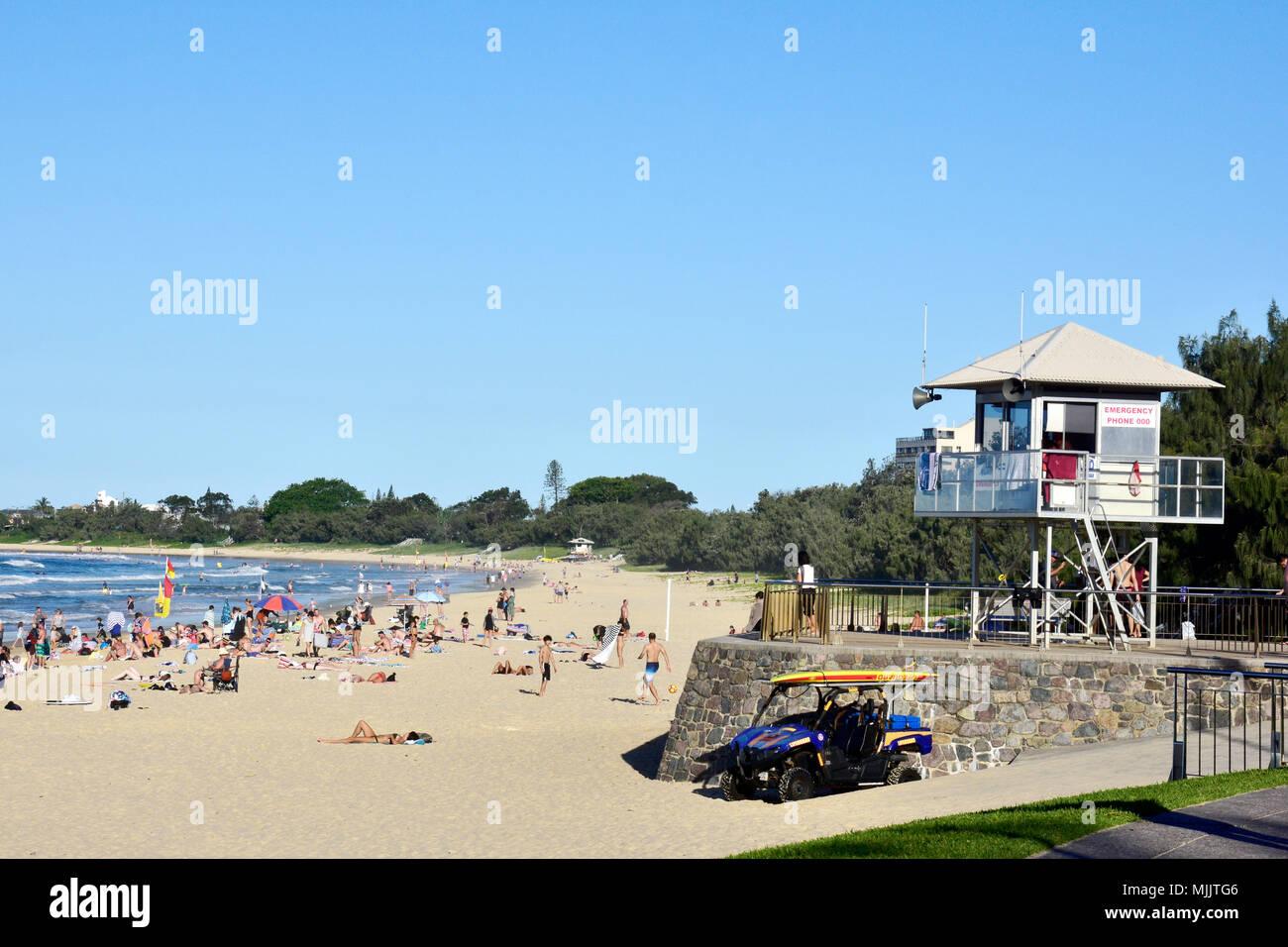 CROWDS OF PEOPLE ENJOYING BEAUTIFUL MOOLOOLABA BEACH IN QUEENSLAND AUSTRALIA - Stock Image