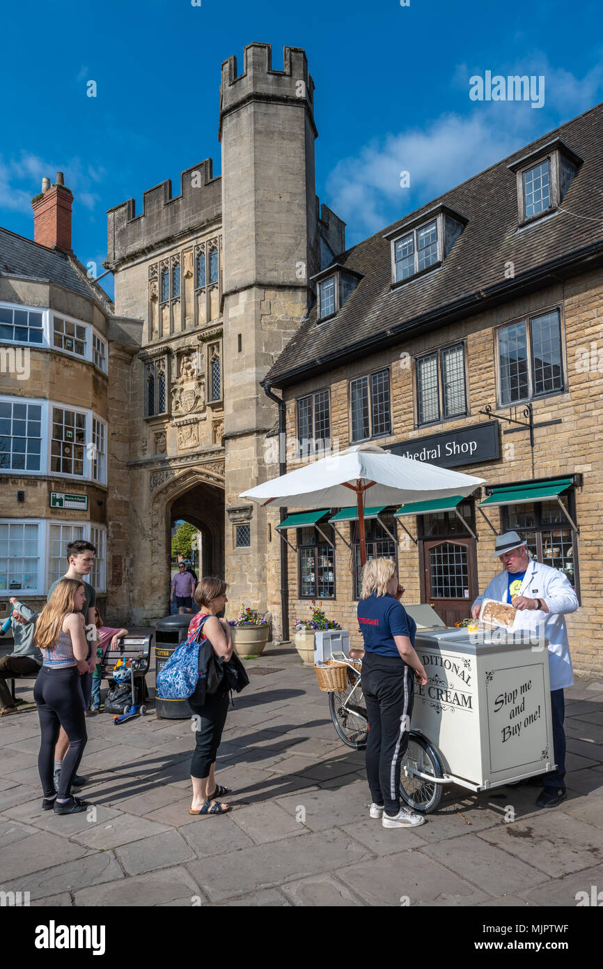 Wells, Somerset, UK, 5 May 2018. UK Weather - People queue to buy a traditional ice cream outside the grounds of Wells Cathedral on a hot May Bank Holiday weekend in Somerset. Credit: Terry Mathews/Alamy Live News Credit: Terry Mathews/Alamy Live News - Stock Image