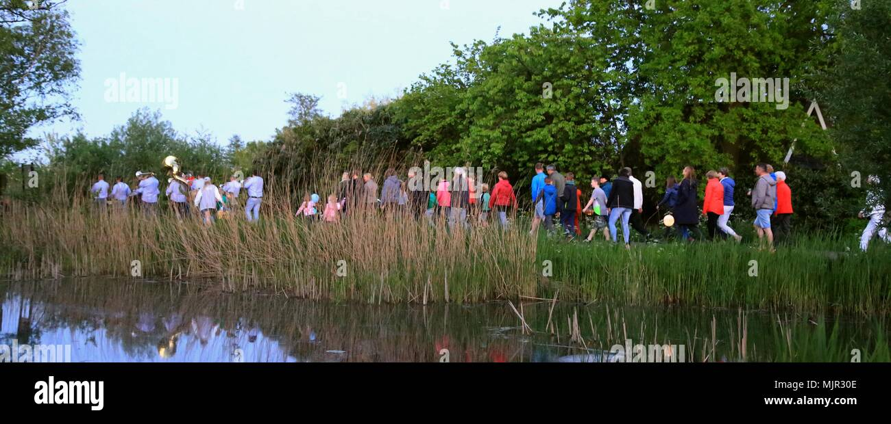 Tienhoven, The Netherlands, 4 May 2018. National Remembrance Day procession in Tienhoven across the Dwarsdijk towards De Trouwe Wachter mill, with lampions and music fanfare at sundawn. Credit: Catchlight Visual Services/Alamy Live News - Stock Image