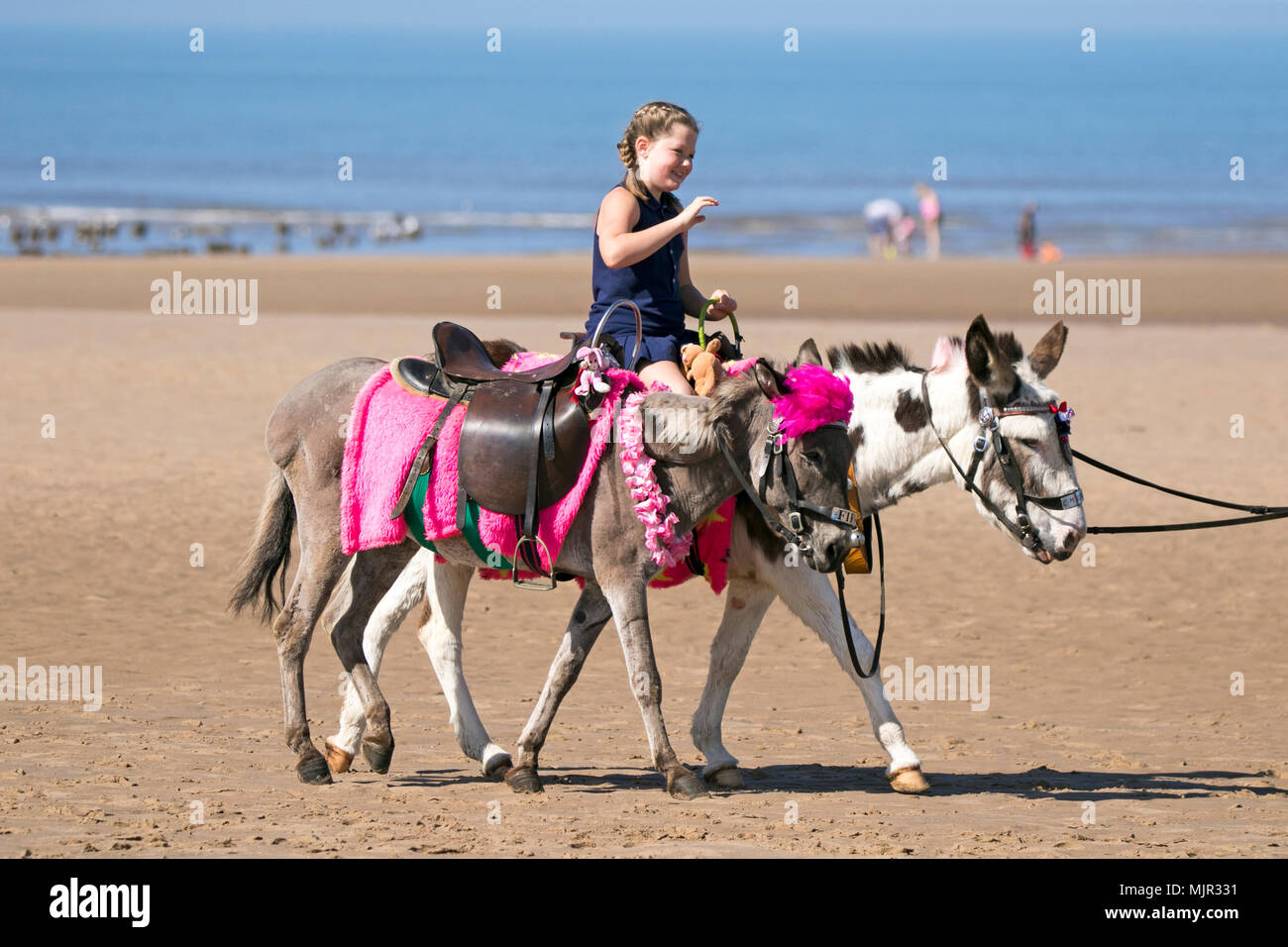 Blackpool, UK, 6 May 2018. Holidaymakers on Blackpool Seafront. 6th May 2018.  UK Weather.  Thousands of tourists and holidaymakers descend onto the beach on Blackpool seafront to soak up the beautiful sunshine and high temperatures.  Credit: Cernan Elias/Alamy Live News Stock Photo