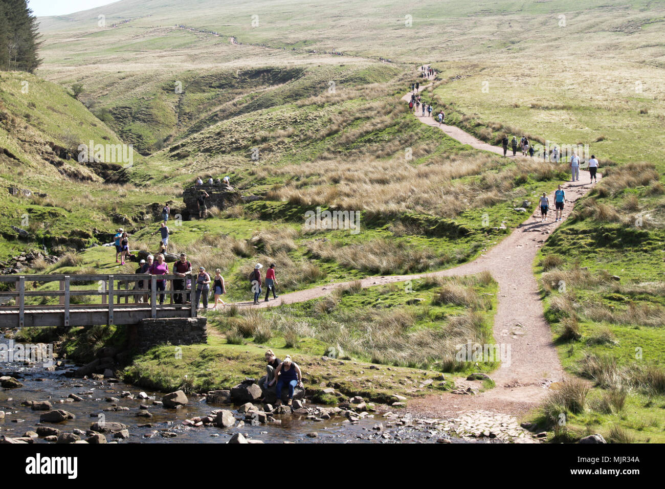 Brecon Beacons, South Wales, UK.  6 May 2018.  UK weather: With another hot and sunny start to the day, hundreds of people flock to the Brecon Beacons this morning to enjoy the walk to Pen-Y-Fan.  Credit: Andrew Bartlett/Alamy Live News Stock Photo