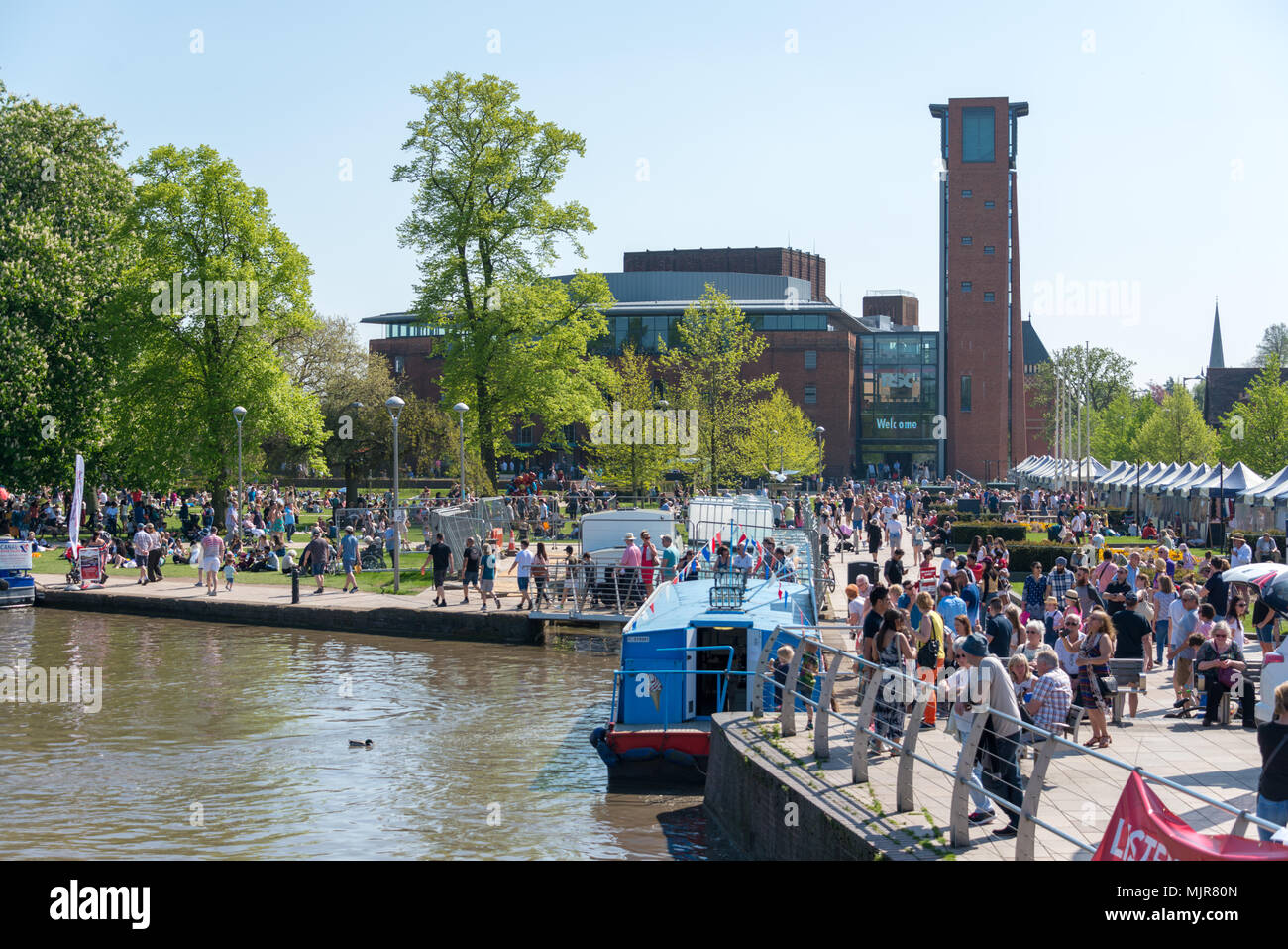 Stratford upon Avon Warwickshire, UK,  May 6th 2018.  bank holiday crowds of people enjoying the river avon in rowing boats Credit: paul rushton/Alamy Live News - Stock Image
