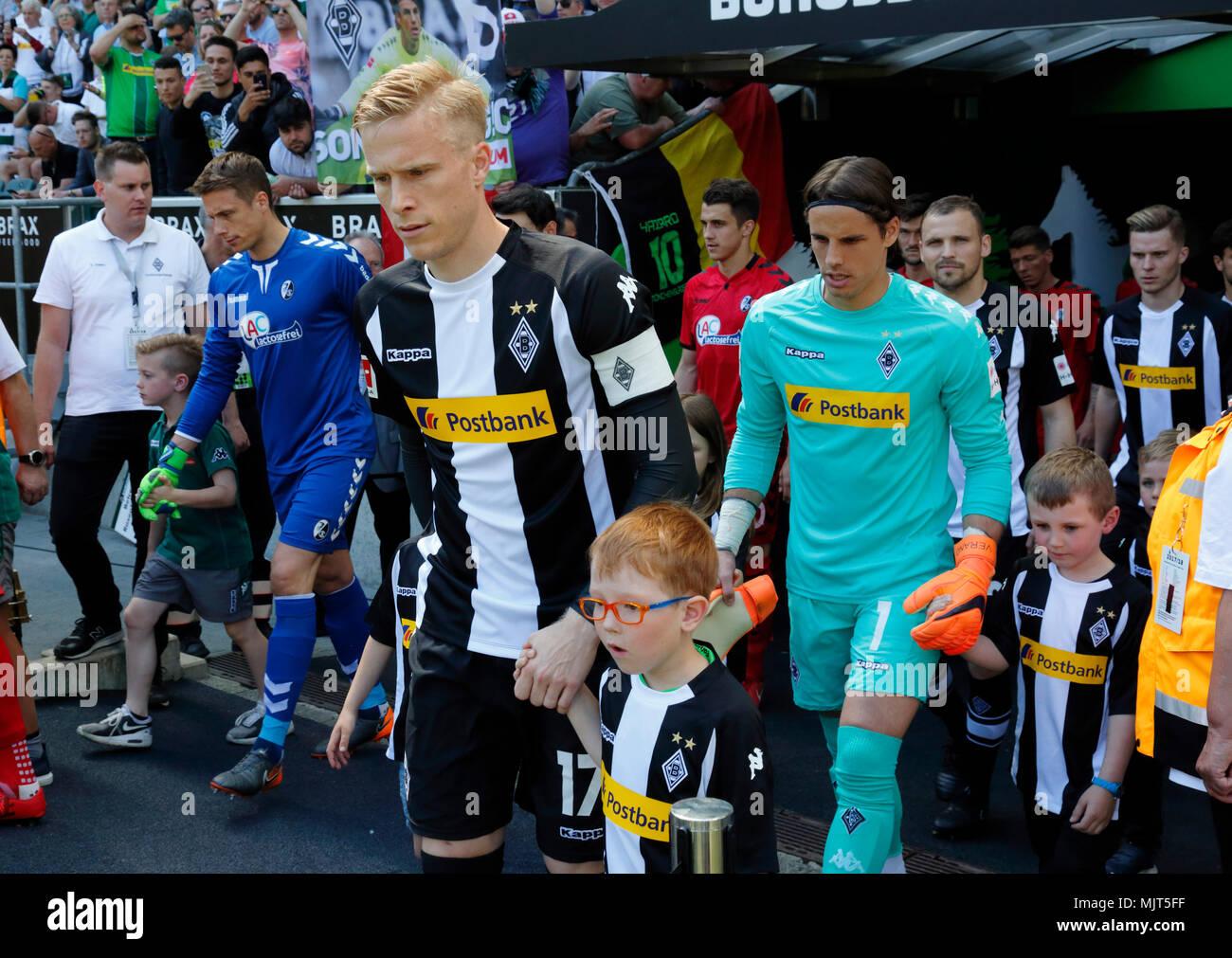 sports,football,Bundesliga,2017/2018,Borussia Moenchengladbach vs SC Freiburg 3:1,Stadium Borussia Park,teams and the running-in kids come in,ahead f.l.t.r. keeper Alexander Schwolow (SCF),Oscar Wendt (MG),keeper Yann Sommer (MG) - Stock Image