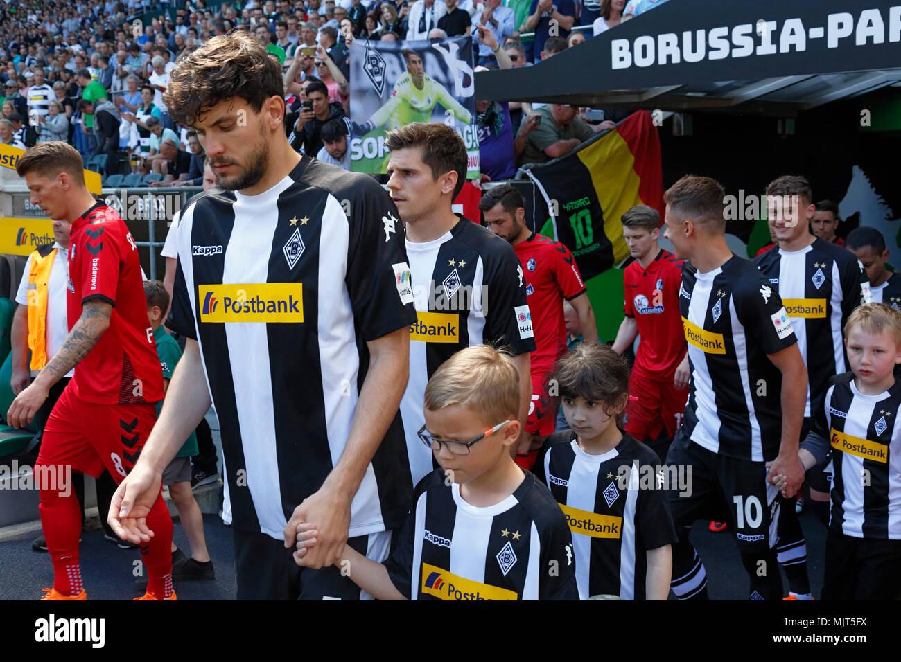 sports,football,Bundesliga,2017/2018,Borussia Moenchengladbach vs SC Freiburg 3:1,Stadium Borussia Park,teams and the running-in kids come in,ahead f.l.t.r. Mike Frantz (Freiburg),Tobias Strobl (MG),Jonas Hofmann (MG),Thorgan Hazard (MG),Michael Cuisance (MG) - Stock Image