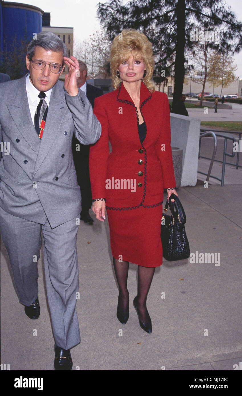 1994, Los Angeles, California, USA --- Loni Anderson and her lawyer arrive at court in Van Nuys, Los Angeles for Anderson's divorce case. --- ' Tsuni / USA 'Loni Anderson Walking with Her Lawyer Loni Anderson Walking with Her Lawyer inquiry tsuni@Gamma-USA.com - Stock Image