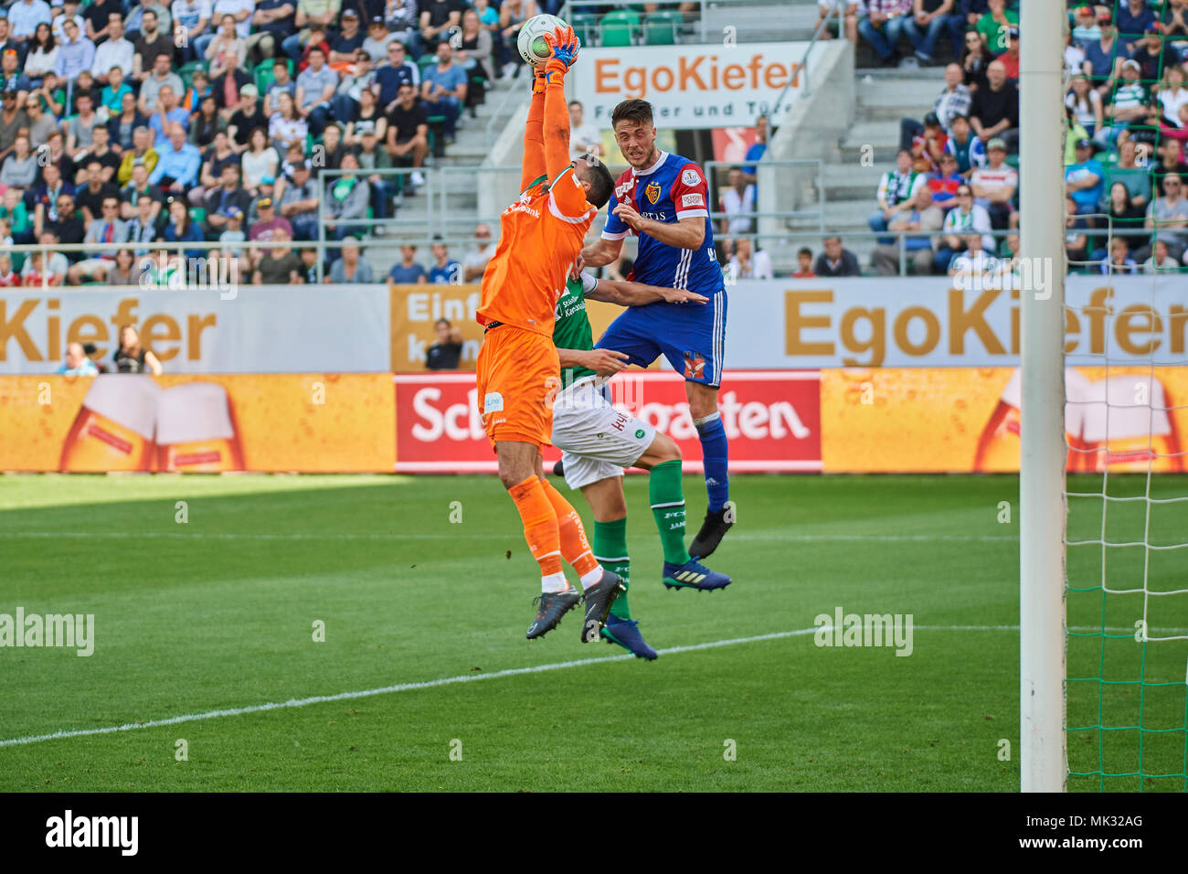 St. Gallen, Switzerland. 6th May 2018. Dejan Stojanovic saves before Ricky van Wolfswinkel during the Raiffeisen Super League Match FC St. Gallen 1879 vs. FC Basel. Credit: Rolf Simeon/Alamy Live News - Stock Image