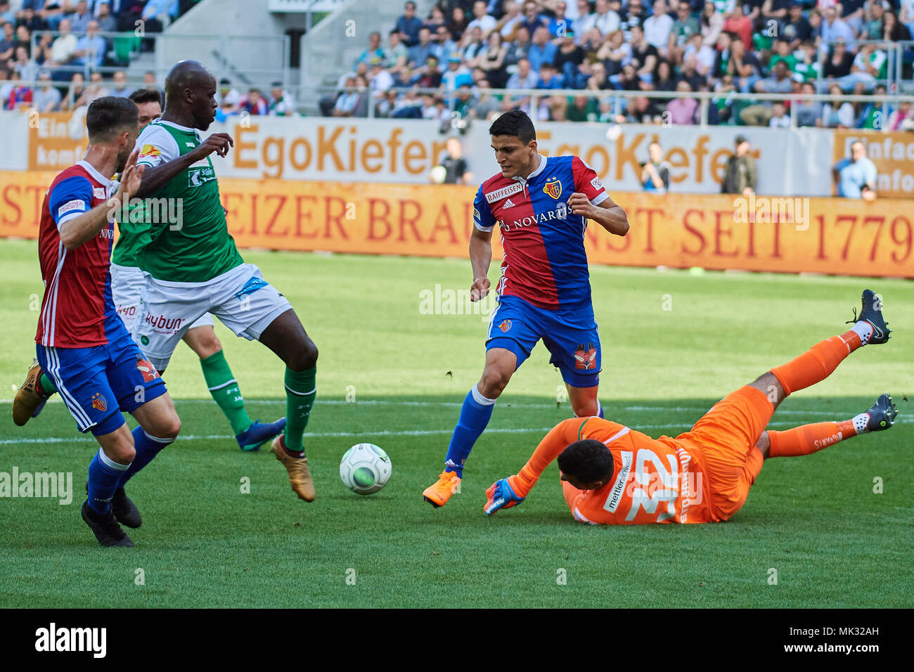 St. Gallen, Switzerland. 6th May 2018. Dejan Stojanovic saves before Mohamed Elyounoussi during the Raiffeisen Super League Match FC St. Gallen 1879 vs. FC Basel. Credit: Rolf Simeon/Alamy Live News - Stock Image