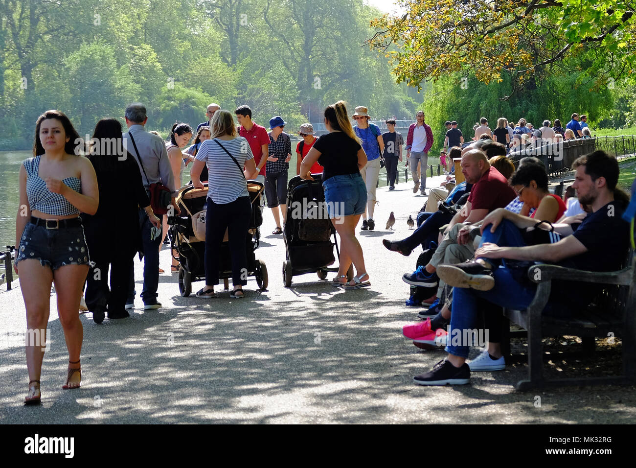 St. James Park, London, UK, 6th May, 2018.  London Weather. St. James Park is full of people enjoying the sun and warmth on this Bank Holiday Weekend. Credit: Judi Saunders/Alamy Live News - Stock Image