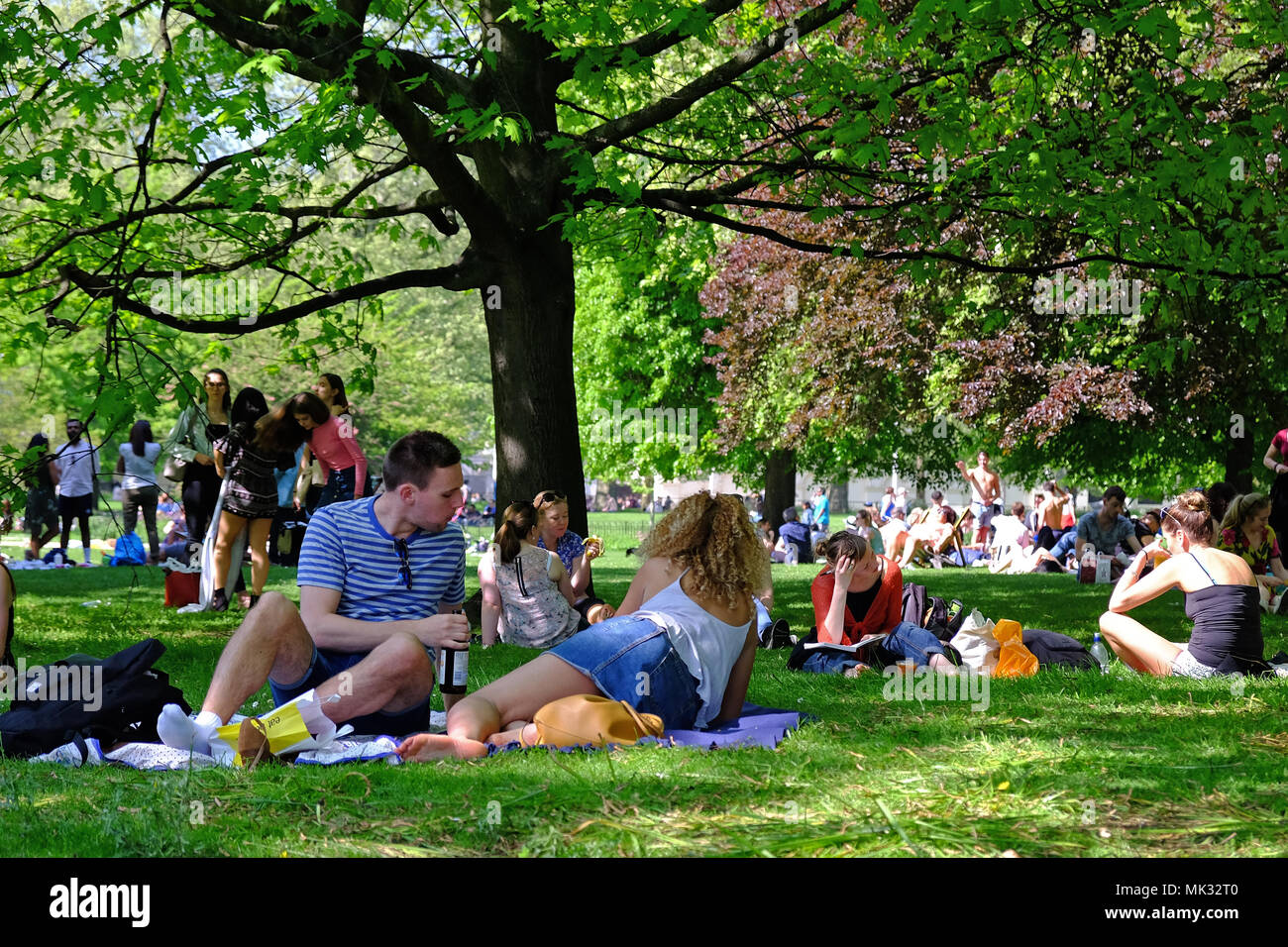 St. James Park, London, England, 6th May, 2018. London Weather. St. James Park, London UK, is full of people enjoying the warmth and sun during this Bank Holiday Weekend, with temperatures reaching the high 20's. Credit: Judi Saunders/Alamy Live News - Stock Image
