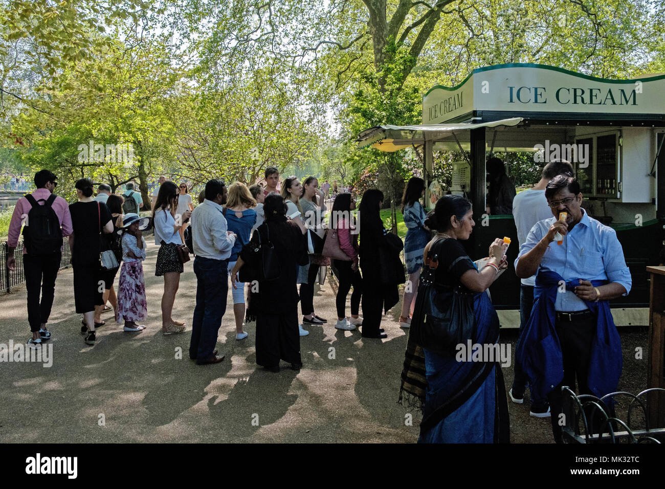 St. James Park, London, England, 6th May, 2018.  London Weather. St. James Park, London, UK, 6th May, 2018. St. James Park is packed today, with people eating ice cream and enjoying this Bank Holiday Weekend during the Heatwave with the temperature in the high 20's Credit: Judi Saunders/Alamy Live News - Stock Image