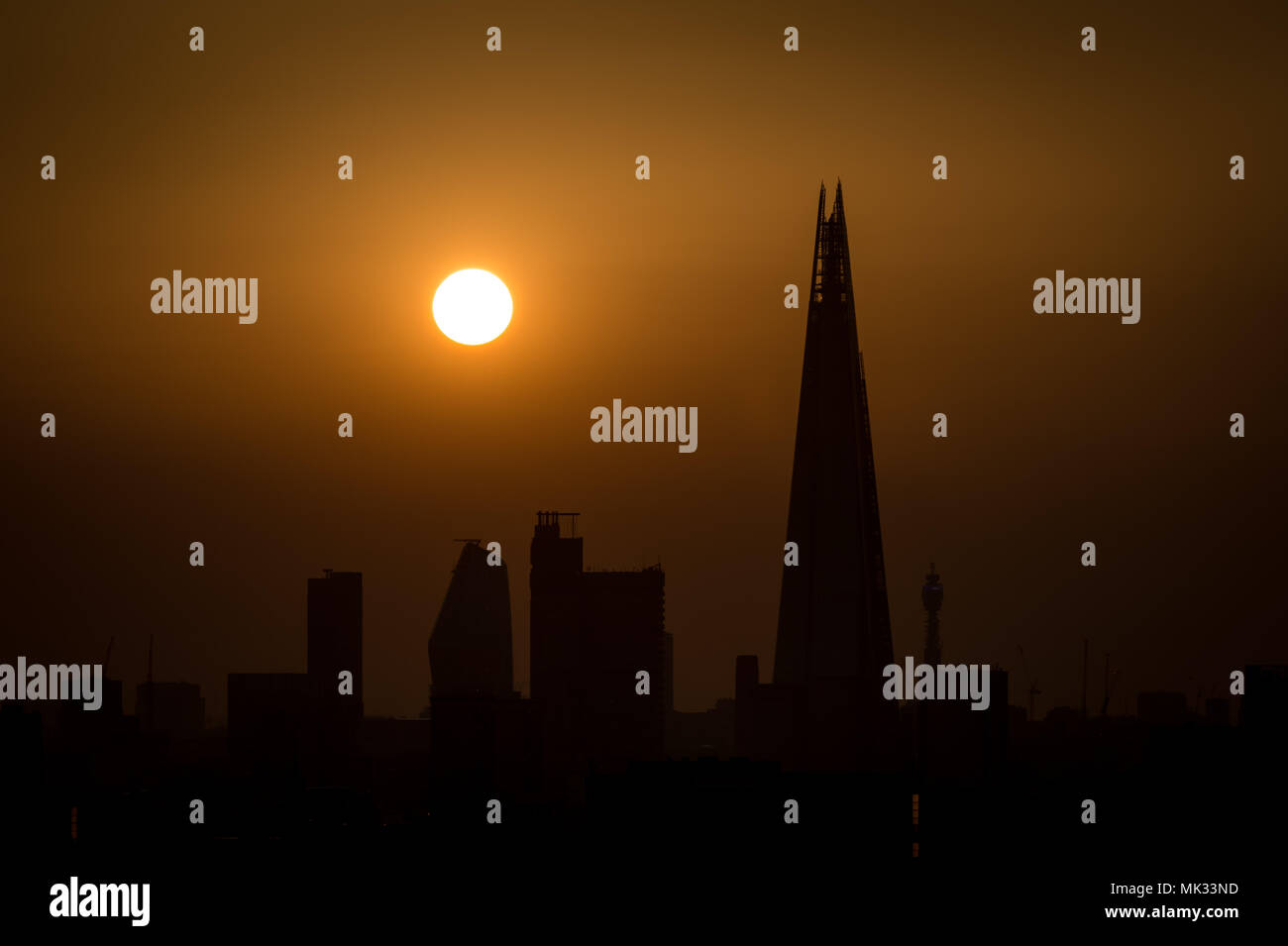 London, UK. 6th May, 2018. UK Weather: The sun sets over the city near the Shard skyscraper ending a warm Sunday with temperatures peaking over 25C. © Guy Corbishley/Alamy Live News - Stock Image