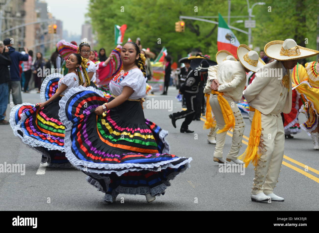 New York Usa May 6 2018 New York City Parti Nts At The 2018 Cinco De Mayo Parade On Upper West Side Of Manhhatn In New York City