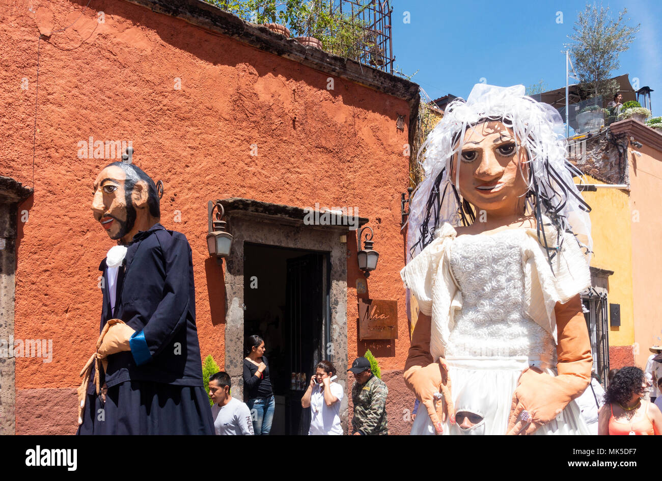 In San Miguel de Allende, a parade with two mojigangas, giant puppets - Stock Image