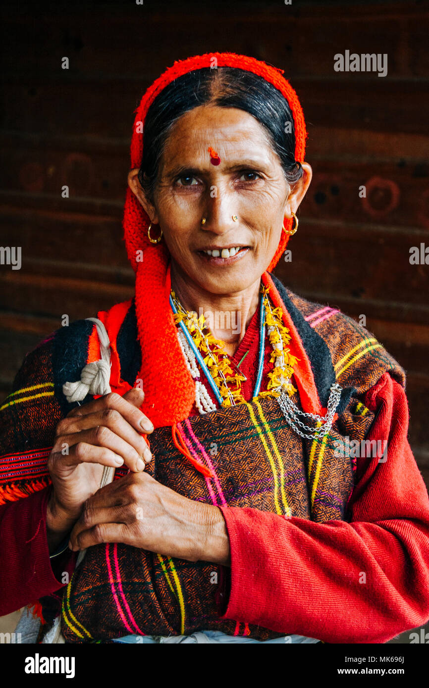 Nagar, Himachal Pradesh, India :  Portrait of Himachali woman in colourful dress outside the Murlidhar Krishna temple in the historical town of Naggar - Stock Image